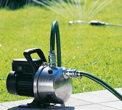 Для полива земельного участка лучше использовать поверхностный насос