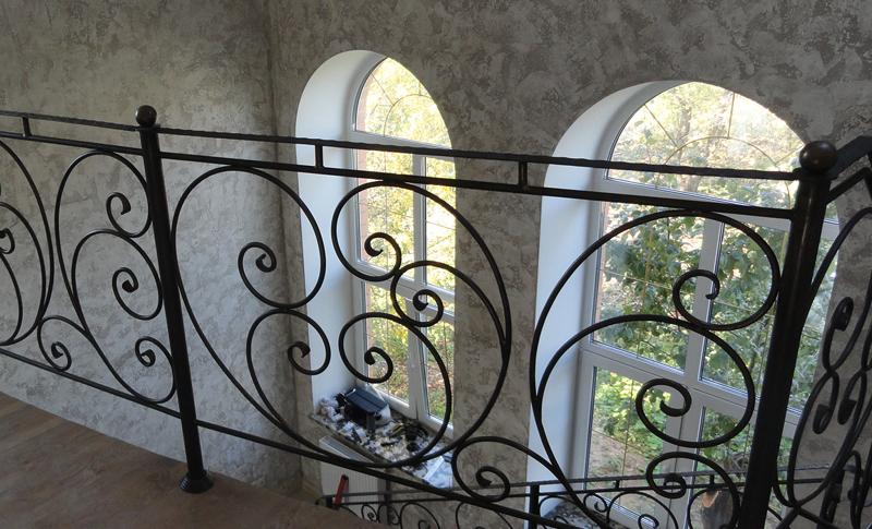 Изысканные формы кованых перил - украшение любого дома