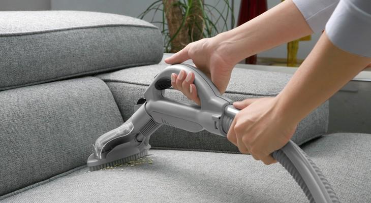 Как самостоятельно очистить обивку дивана специальными средствами