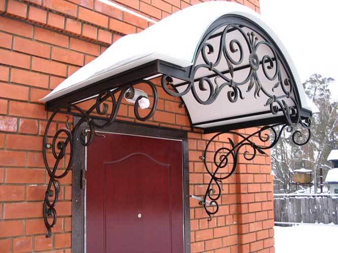 Защита от погодных неожиданностей — козырек на дверь