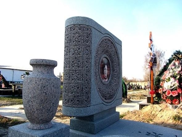 Выбор памятника: гранит лучше мрамора