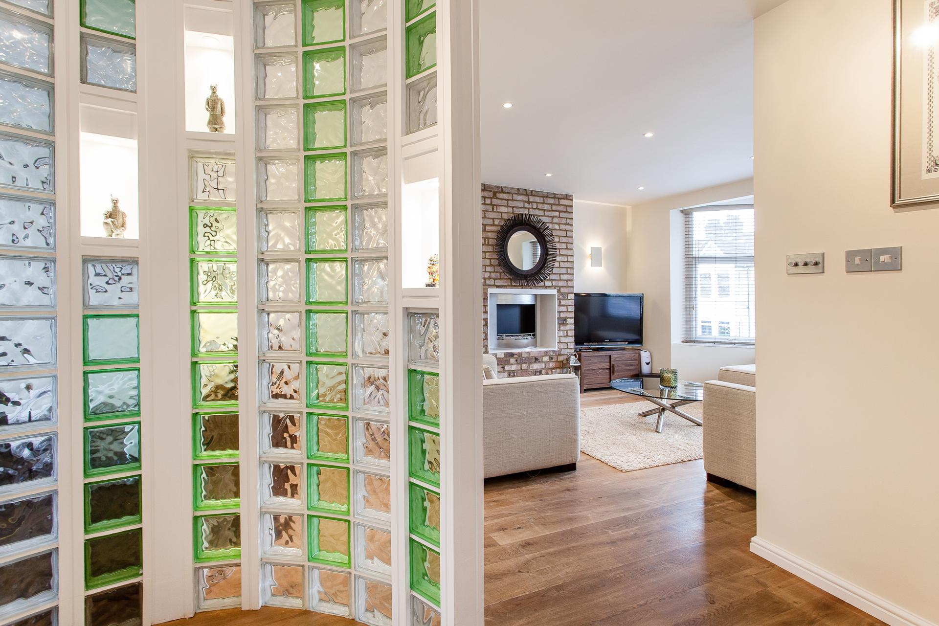 Перегородки из стеклоблоков: стильно и практично