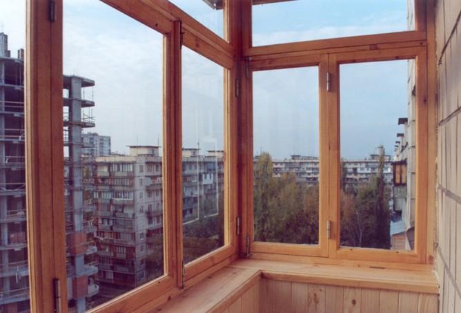 Преимущества и недостатки остекления балконов деревянными рамами