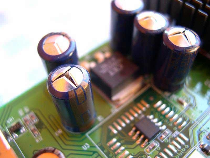 Из чего конструктивно сделан конденсатор и зачем он нужен?