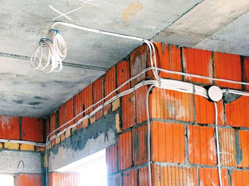 Почему монтаж электропроводки в коттеджах лучше доверять профессионалам?