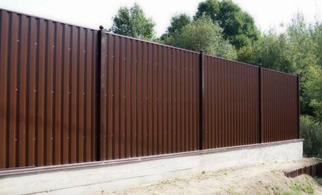 Забор из профнастила – отличный внешний вид, надежность и долговечность