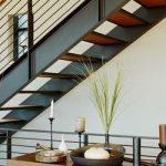 Экзотический стиль интерьера и железные лестницы